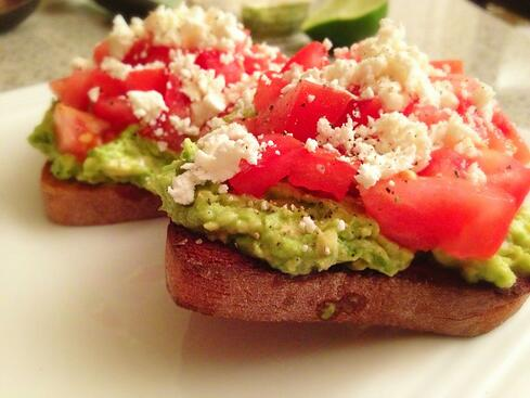 avocado-toast-with-tomoatoes-feta